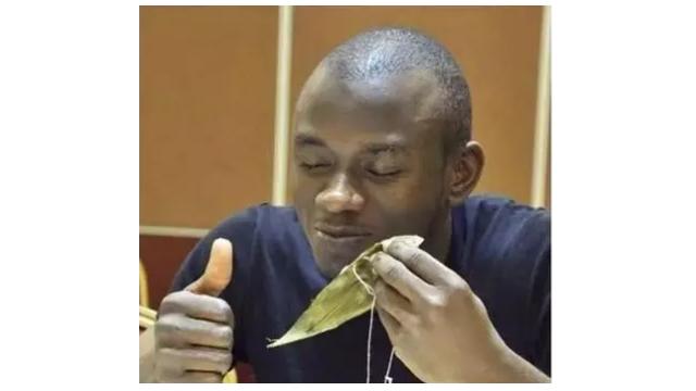 美国学生端午尝粽子:蛮好吃 就是叶子咬不动