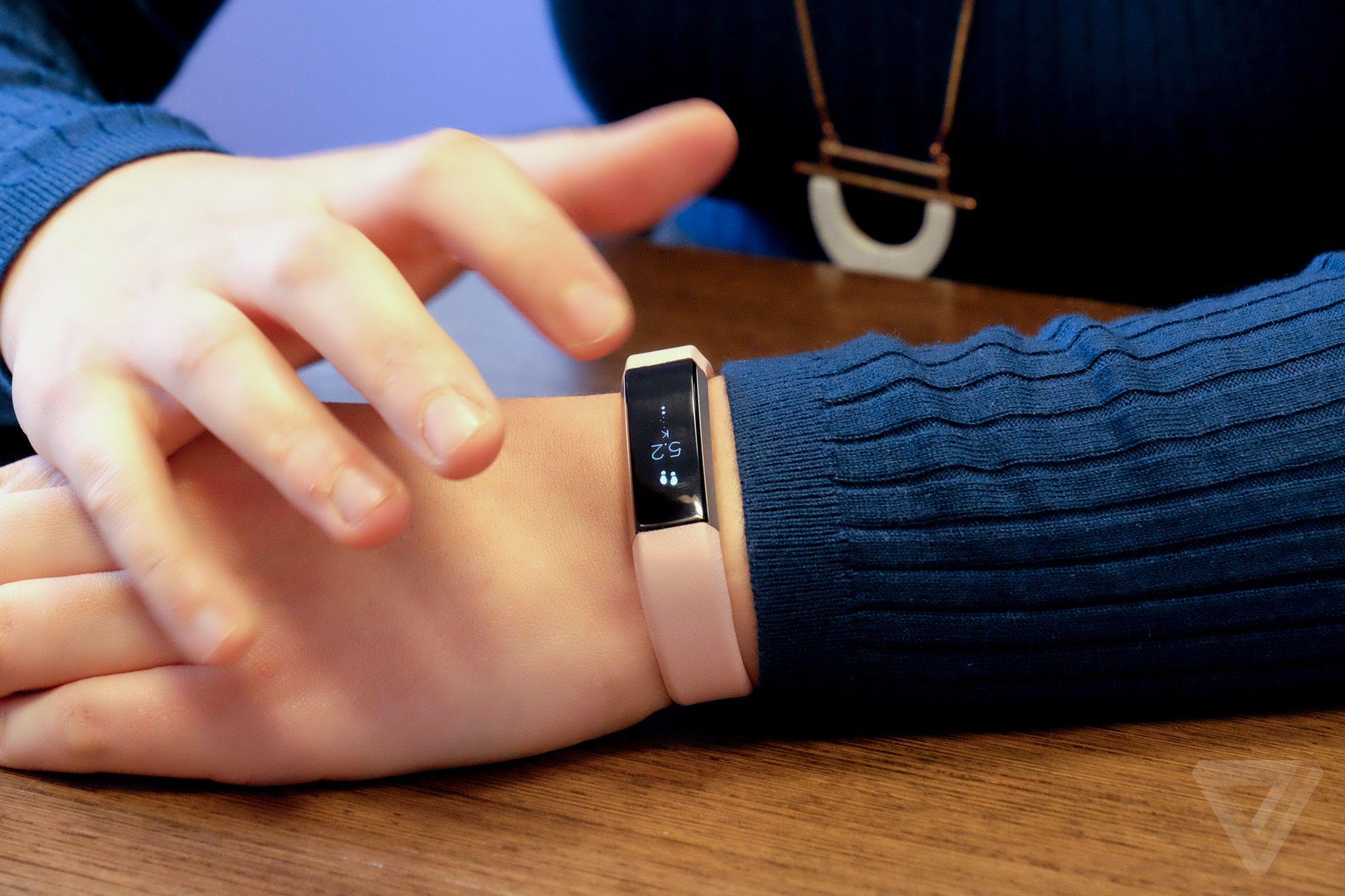 Amazon 销量冠军 Fitbit Alta 运动手环